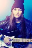 Woman sitting with guitar — Stockfoto