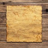 Ein blatt vintage papier auf holz-hintergrund — Stockfoto