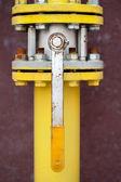Gelbe gasleitung mit einem kran und ausrüstung — Stockfoto