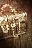 Poitrine avec des colliers de perles — Photo