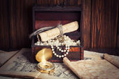 Treasure chest, compass and old map — ストック写真
