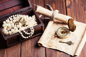 Treasure chest, compass and old map — Stockfoto