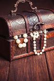 Vieux coffre au trésor avec des colliers de perles — Photo