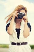 Kvinna med vintage kamera — Stockfoto