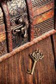 Vintage key and old treasure chest — ストック写真