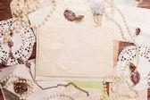 Alte blatt umgeben von retro damen accessoires — Stockfoto