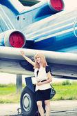 Woman posing near plane — Foto de Stock