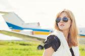 Woman  against plane — Foto de Stock