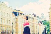 Kvinna poserar på en stadsgata — Stockfoto