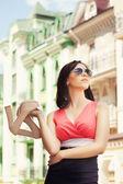 Kobieta trzyma buty — Zdjęcie stockowe