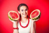 Młoda kobieta gospodarstwa arbuz — Zdjęcie stockowe
