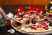 Horké pizzy s tavení sýrů na zvedák — Stock fotografie