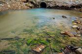 Tubería de desagüe de agua con flujo de corriente — Foto de Stock