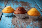 Cupcakes met chocolade en amandel op oude houten tafel — Stockfoto