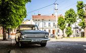 Ucraina, chernovtsi, vecchia auto su strada — Foto Stock