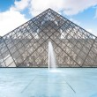Louvre museum pyramid, Paris, France. — Foto de Stock