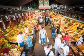 Veřejný trh boqueria s potravinami ve španělsku, evropa. — Stockfoto