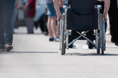 在轮椅上的残疾的男子. — 图库照片