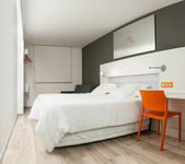 Belle chambre au design moderne. — Photo