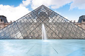 Louvre Müzesi Piramit, paris, Fransa. — Stok fotoğraf