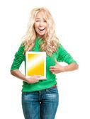 Mulher jovem bonita e feliz com computador tablet. — Foto Stock