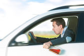 Homme ivre au volant de voiture avec une bouteille dans la main. — Photo
