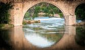 Brug weerspiegelt in rivier van toledo, spanje, europa. — Stockfoto