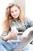 Porträtt av söt flicka med skateboard utomhus. — Stockfoto
