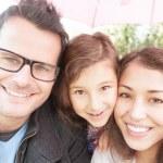 gros plan le portrait de famille heureuse de trois — Photo
