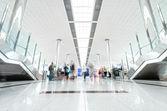 现代机场大厅与乘客在迪拜. — 图库照片