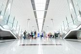 Moderne luchthaven hall met passagiers in dubai. — Stockfoto
