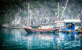 Zwevende vissersboot. halong bay, vietnam. — Stockfoto