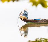 Mulher no barco de madeira em rio no vietnã, ásia. — Foto Stock