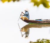 Woman on wooden boat in river in Vietnam, Asia. — Foto Stock
