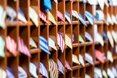 Rader av hyllor med färgglada band på butik. — Stockfoto
