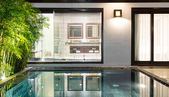 Yüzme havuzu ve avuç içi ile lüks otel odasında. — Stok fotoğraf