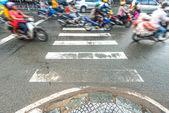 Vespas de montar a caballo. tráfico en vietnam. — Foto de Stock