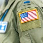 centrarse en la bandera americana en uniforme de la usaf de persona — Foto de Stock