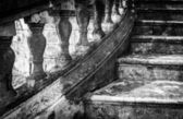 Massive old staircase with beautiful details. — Zdjęcie stockowe