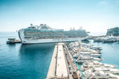 Large luxurious cruise ship in sea port. — Stock fotografie