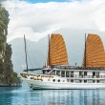 Ship in beautiful Halong bay — Stock Photo