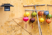 Different lanterns near wall — Photo