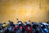 Bikes parked near building with grungy wall — Stock Photo