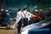 Couple crossing busy street — Stock Photo