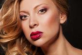 Portrait de femme de beauté d'une femme avec rouge à lèvres. — Photo
