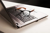 Business office werkplek. laptop en glazen — Stockfoto