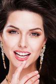 Retrato de uma linda menina morena com acessórios de luxo. modelo de moda — Fotografia Stock
