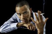 Młody czarny mężczyzna z papierosem — Zdjęcie stockowe