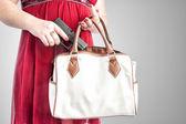 Vrouw nemen pistool uit portemonnee — Stockfoto