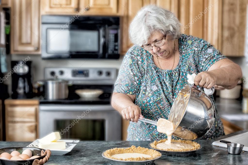 бабка с внуком на кухне